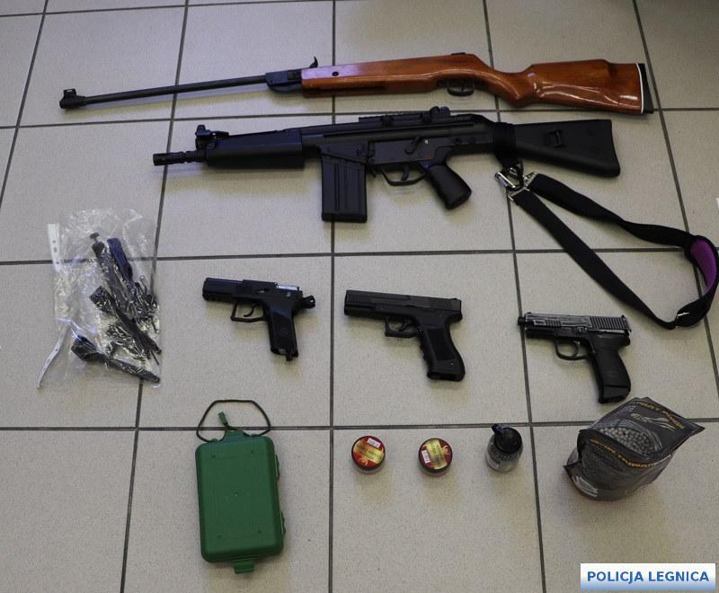 Taki arsenał znaleziono w mieszkaniu 32-latka, który strzelał do dzieci /KMP w Legnicy /Archiwum