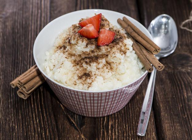 Taki deser możesz podawać i na ciepło i na zimno. /123RF/PICSEL