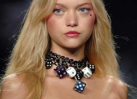 Taki naszyjnik tylko dla kobiet o pięknych szyjach /East News/ Zeppelin