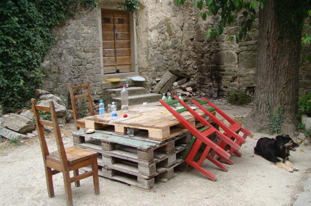Taki oto pomysłowy stół spotkamy przed miejscową galerią sztuki /INTERIA.PL