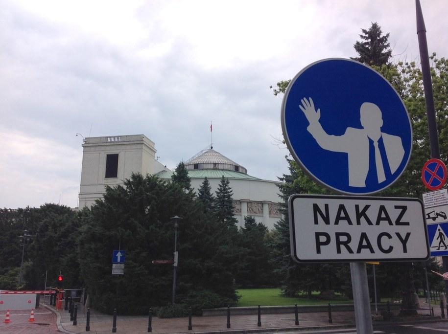 Taki oto znak stanął przed Sejmem /Tomasz Skory  /RMF FM