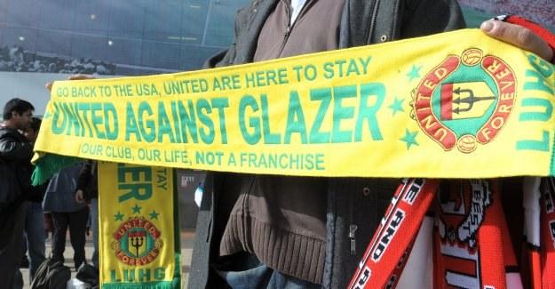 Taki szalik miał na sobie zwolniony przez Man Utd pracownik cateringu /AFP