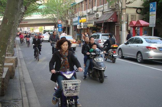 Taki widok na ulicach Szanghaju to już dzisiaj rzadkość... /INTERIA.PL