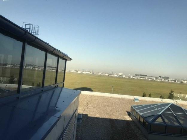 Taki widok z okna mają pracownicy Polskiej Agencji Żeglugi Powietrznej, nie tylko kontrolerzy lotów. Pracują tam też miedzy innymi piloci i meteorolodzy. W tle widać budynki warszawskiego Lotniska imienia Fryderyka Chopina. /Fot. Michał Dobrołowicz /RMF FM