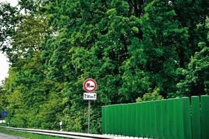 Taki znak stoi na autostradzie tuż za granicą polsko-niemiecką: zakaz wyprzedzania przez ciężarówki na dystansie 58 km. /Motor