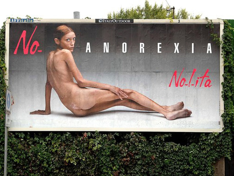Takie billboardy pojawiły się w Mediolanie  podczas tygodnia mody  /Reporter