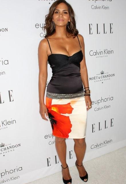 Takie koszulki zdaniem Halle Berry (na zdjęciu z 8 października) są sexy. Na niej na pewno /Getty Images/Flash Press Media