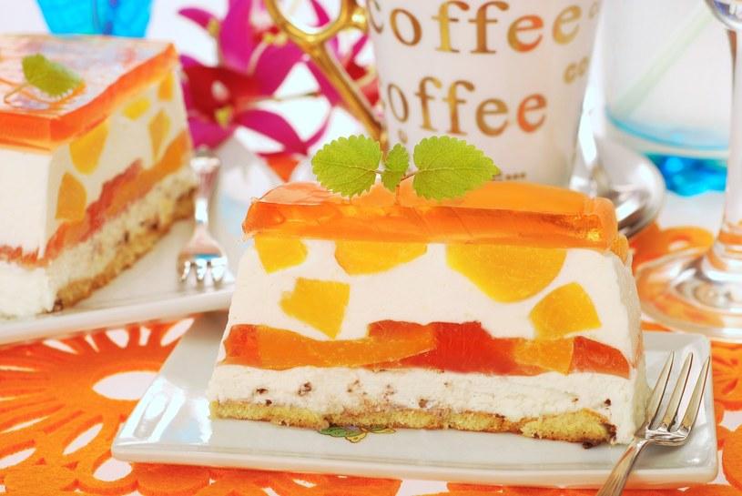 Takie lekkie ciasto jest idealne na cieplejsze dni /123RF/PICSEL