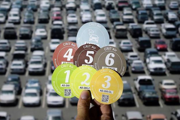 Takie nalepki związane są z ustawą o elektromobilności ma Francja /AFP
