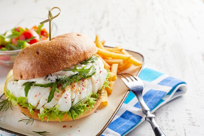 Takie rybne burgery przygotujesz w około 45 minut /123RF/PICSEL