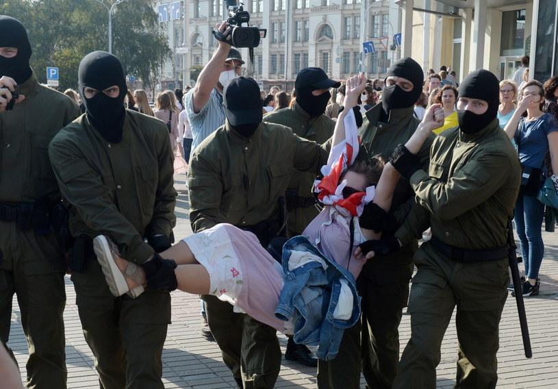 Takie sceny miały miejsce w sobotę (26 września) w Mińsku / STR   /PAP/EPA