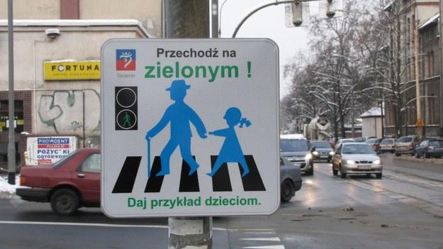 Takie tabliczki pojawiły się na niektórych szczecińskich skrzyżowaniach /Michał Fit /RMF FM