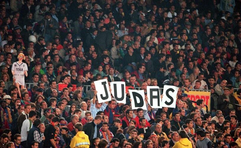 Takie transparenty witały Luisa Figo, gdy ten wrócił na Camp Nou /Tony Marshall/EMPICS via Getty Images /Getty Images