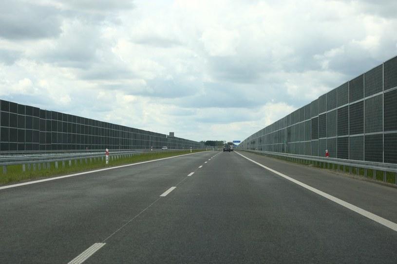 """Takie """"tunele"""" z ekranów to częsty widok na polskich autostradach /Stanisław Kowalczuk /East News"""