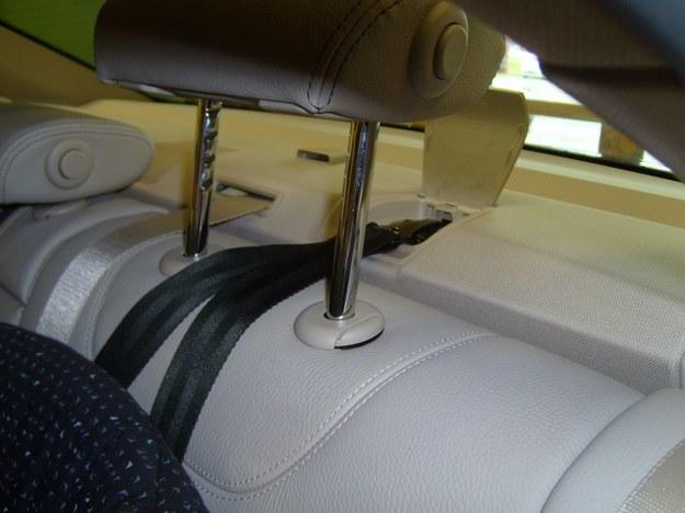 Takie umieszczenie mocowania Top tether jest praktyczne. /Motor