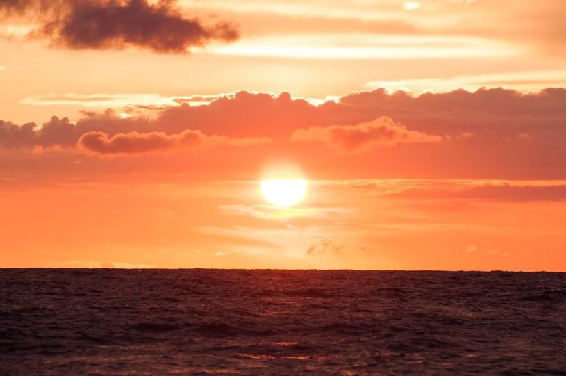 Takie zachody słońca tylko nad polskim morzem. Tu plaża w Darłowie /Artur Zawadzki/REPORTER /East News