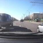 Takiego widoku kierowcy się nie spodziewali. Z ciężarówki wypadła krowa