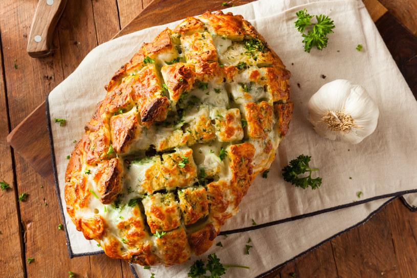 Takim chlebem czosnkowym można raczyć nawet najbardziej wybrednych gości /123RF/PICSEL