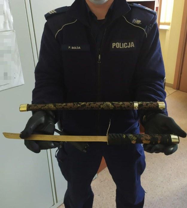 Takim mieczem recydywista zaatakował ratowników medycznych /KPP w Pucku /