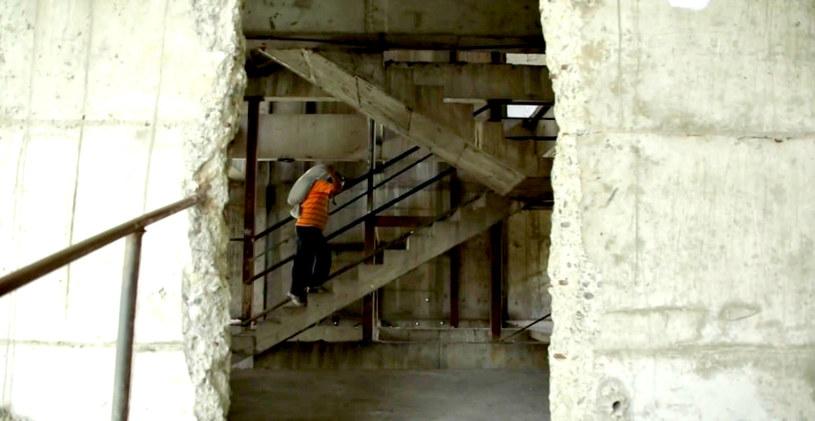 """""""Taksówka"""" podwozi mieszkańców tylko do 10. piętra. Dalej muszą iść już sami /Ramón Iriarte / Vocativ /YouTube"""