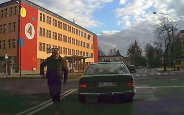 Taksówkarz zatamował ruch, aby nakrzyczeć na kursanta, że... zatamował ruch /