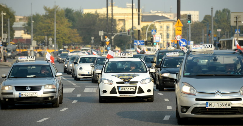 Taksówkarze jeździli zgodnie z przepisami. Warszawa stanęła w korku /Jacek Turczyk /PAP