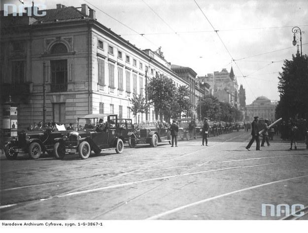 Taksówki na Krakowskim Przedmieściu. Warszawa 1926 /Z archiwum Narodowego Archiwum Cyfrowego