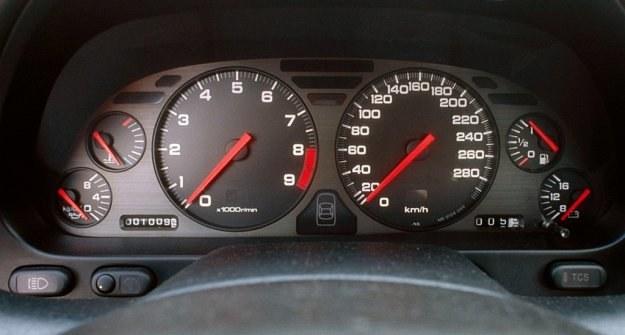 Także Japończycy uważają, że analogowe wskaźniki są najbardziej czytelne dla kierowcy. /Motor
