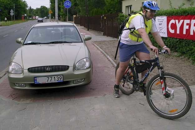 Także w Polsce parkuje się na ścieżkach rowerowych. Fot. Andrzej Zbraniecki (Agencja East News) /