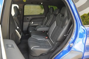 Także z tyłu zewnętrzne siedzenia przypominają fotele kubełkowe. Tylko środkowe nie zachwyca. /Motor