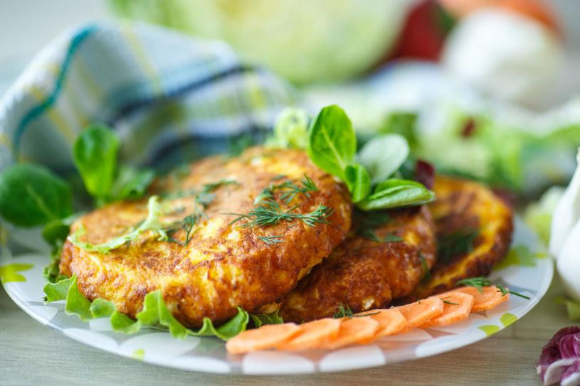 Talerz z plackami możesz ozdobić innymi warzywami /123RF/PICSEL