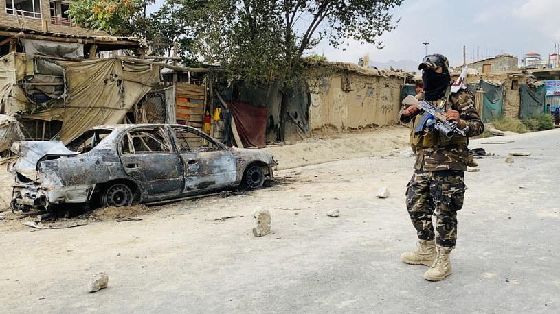 Talibowie stoją na straży w pobliżu pojazdu, który był używany do wystrzeliwania rakiet na międzynarodowym lotnisku Hamida Karzaja w Kabulu w Afganistanie /PAP/EPA/STRINGER /PAP/EPA