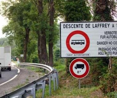 Tam jest zakaz wjazdu!  W trzech językach!