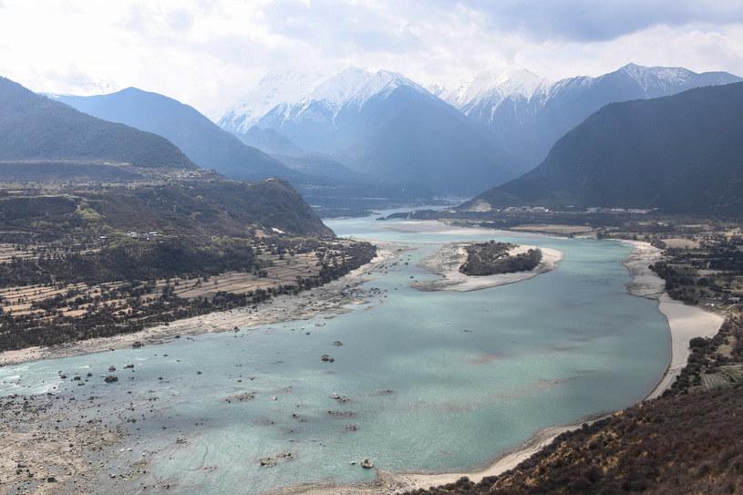 Tama ma spiętrzać wody Brahmaputry w 50-kilometrowym kanionie /AFP /East News