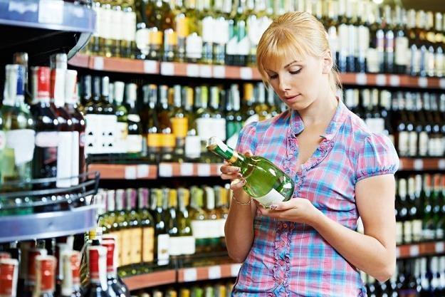 Tani bezcłowy alkohol kusi /©123RF/PICSEL