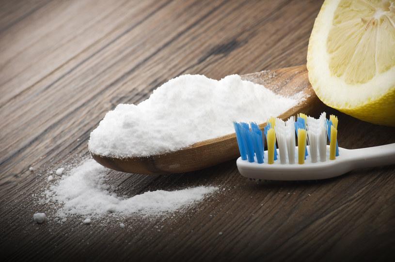 Tani i bardzo skuteczny sposób na białe zęby. /123RF/PICSEL