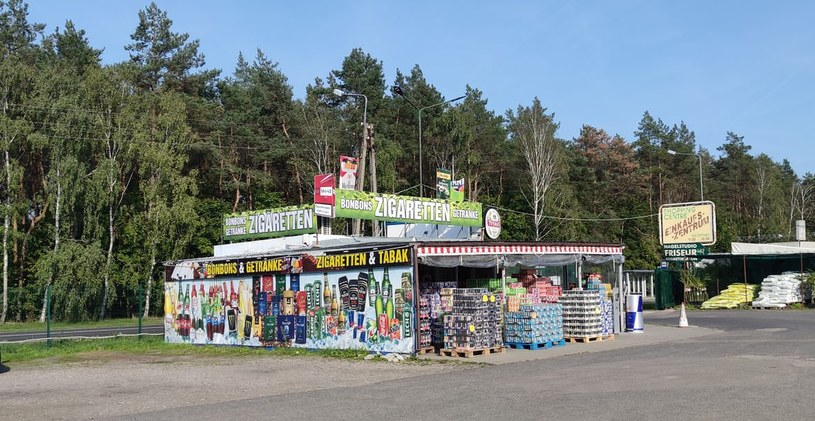 Tanie papierosy i alkohol pozostają numerem jeden na pogranicznych bazarach. Fot. Mateusz Madejski/WP /