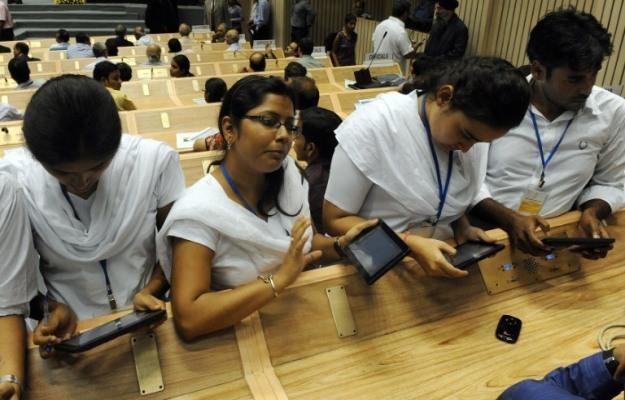 Tanie tablety robią furorę na całym świecie - na zdjęciu indyjski tablet Akash (cena - 34 euro) /AFP