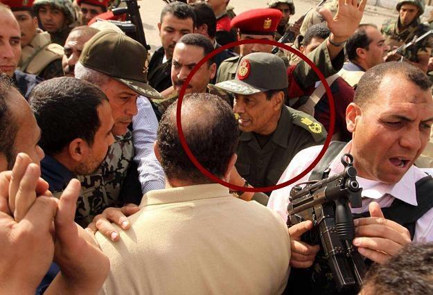Tantawi między protestującymi /AFP