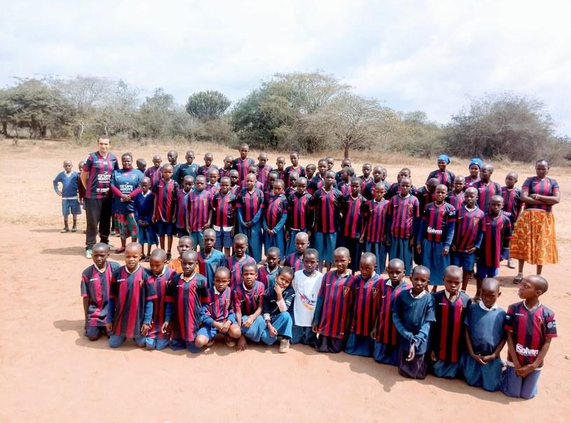 Tanzańskie dzieci w koszulkach Pogoni Szczecin /Archiwum prywatne /archiwum prywatne