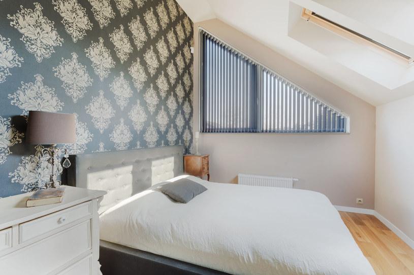 Tapeta, poza swoją dekoracyjną funkcją, ma również wzmacniać przytulny klimat pomieszczenia /123RF/PICSEL