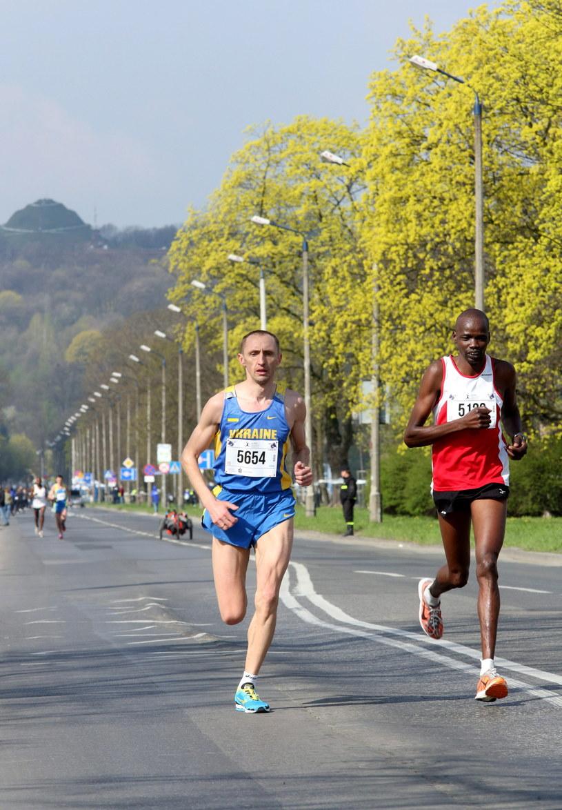 Taras Salo (L) i Kienijczyk Justus Kipchirchir Kiprono na trasie Cracovia Maratonu. /Stanisław Rozpędzik /PAP