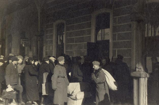 Tarnów. Dworzec kolejowy 1939-1940 /reprodukcja z archiwum  /Agencja FORUM