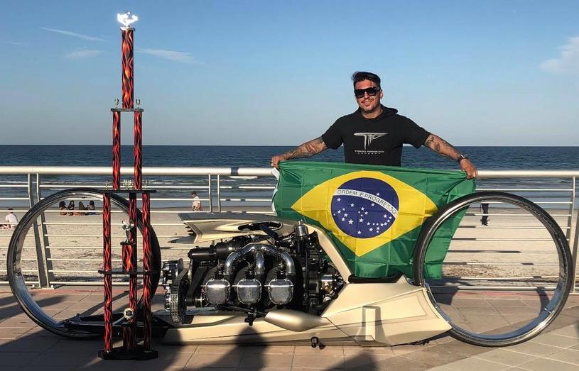 Tarso Marques ze swoim dziełem i nagrodą za najlepszy motocykl targów w Daytonie /facebook.com