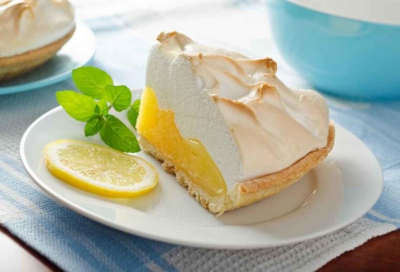 Tarta będzie wytwornym deserem, jeśli udekorujesz ją nie kratką, abezą. Ubij 4 białka z20 dag cukru iłyżką mąki ziemniaczanej. Pianę rozłóż na wierzchu masy cytrynowej, piecz wtemp. 180°C. /123RF/PICSEL