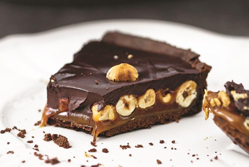 Tarta czekoladowa z karmelem i orzechami laskowymi /materiały prasowe