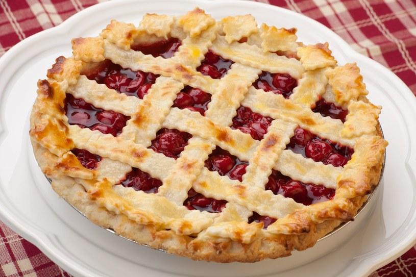 Tarta smakuje również z truskawkami, jagodami i malinami /123RF/PICSEL