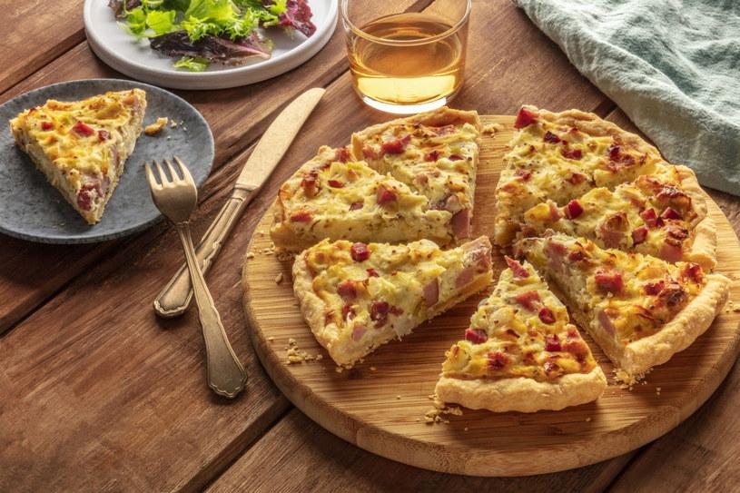Tarta warzywna jest lekka i soczysta, a dodatek boczku czy szynki wspaniale podbije jej smak /123RF/PICSEL