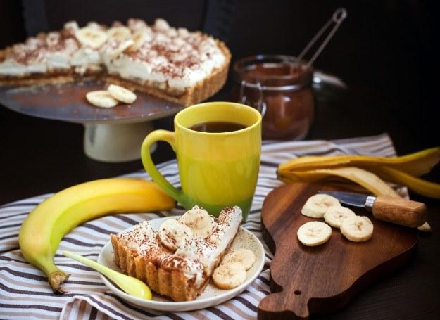 Tarta z bananami i bitą śmietaną /123RF/PICSEL