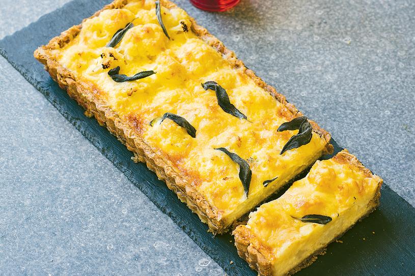 Tarta z kalafiorem, orzechami włoskimi i serem wędzonym /materiały prasowe